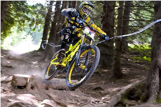 Poză de la o competiție de downhill