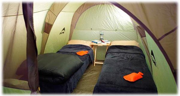 Două paturi turistice în cort