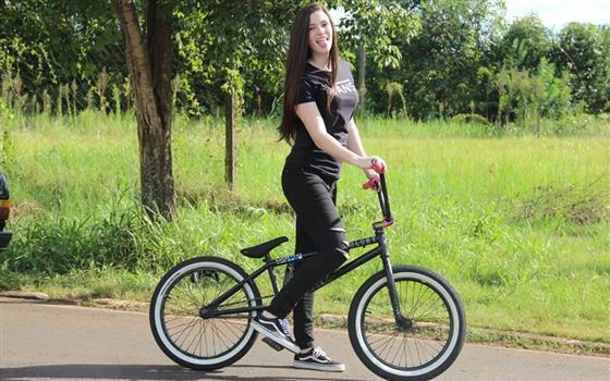 O fata pe bicicletă