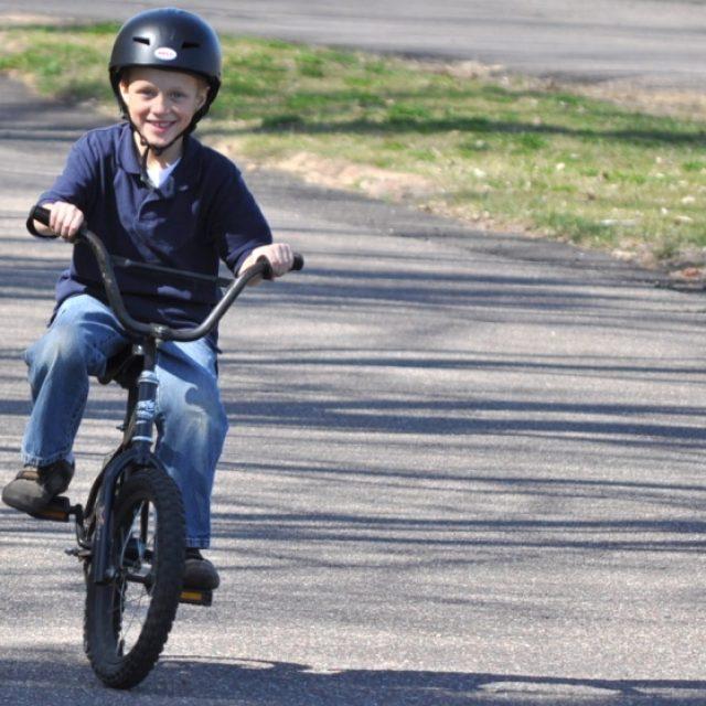 Copil pe bicicleta